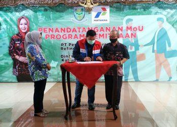 KERJA SAMA : Bupati Tiwi menyaksikan penandatanganan MoU Program Kemitraan antara Pertamina dengan Pemkab. (SB/Arief Noegroho)