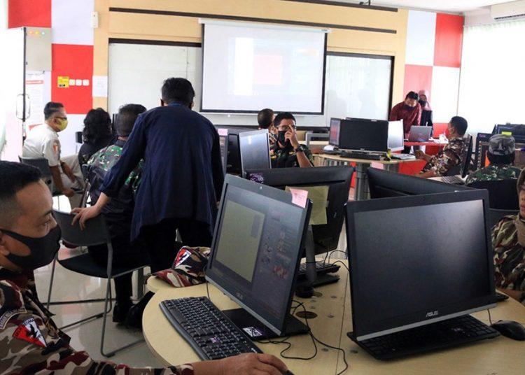 DESAIN GRAFIS: Sejumlah anggota TNI Komando Resort Militer (Korem) 071/Wijayakusuma mengikuti pelatihan dasar desain grafis di Laboratorium komputer ITTP, baru-baru ini.  (SB/dok)