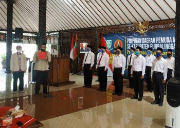 MELANTIK: Ketua PD Pemuda Muhammadiyah Purbalingga Muakhor melantik PC Pemuda Muhammadiyah se Daerah Purbalingga.  (SB/Arief Noegroho)