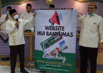 WEBSITE BARU: Ketua MUI Kabupaten Banyumas meresmikan, Taefur Arofat peluncuran website baru, Sabtu (10/10). (SB/Agus Wahyudi)