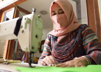 Asih Wijayanti membuat baju hazmat untuk memenuhi pesanan konsumen. (SB/Dokumentasi Pertamina)