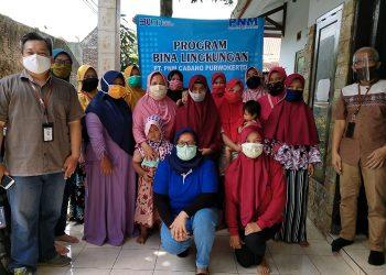 FOTO BERSAMA : Para nasabah Mekaar Cabang Kroya foto bersama usai menerima bantuan paket sembako, Jumat (13/11).