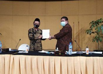 ALIH STATUS: Rektor IAIN Purwokerto, Dr H Moh Roqib, M Ag menerima persetujuan alih status IAIN menjadi UIN  dari Asisten Deputi Pembangunan Manusia dan Kebudayaan Kementerian Sekretariat Negara RI Hanung Cahyono di Jakarta, Jumat (13/11) lalu.