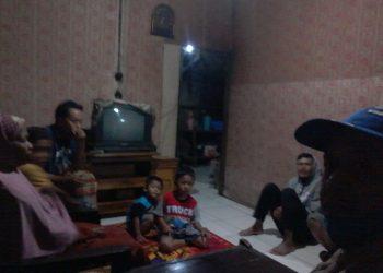 keluarga menunggu Mutinah (80) nenek asal Grumbul Gununganyar RT 1 RW 7 Desa Krajan yang dikabarkan hilang sejak Minggu (15/11/2020) pagi. (SB/dok)