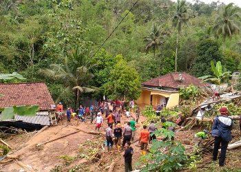 PENCARIAN KORBAN : Tim gabungan mencari tiga korban yang tertimbun tanah longsor di Desa Banjarpanepen, Kecamatan Sumpiuh.