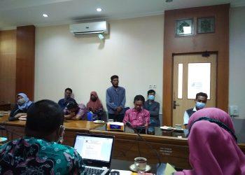 Warga Dusun Winong, menyampaikan keluhan saat audiensi pertama dengan DLH Cilacap, Selasa (4/11) lalu.  (SB/dhika wicaksana)