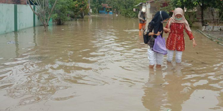 banjir masih menggenangi desa