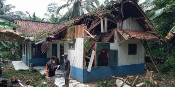 Duh, Angin Kencang dan Pohon Tumbang Rusak Rumah Warga