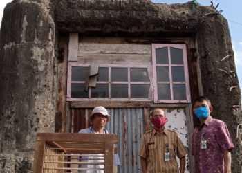 BENTENG KODOK: Petugas Dinas P dan K Cilacap mengecek bangunan Benteng Kodok di kompleks Jalan Semadar, Kelurahan Cilacap, Kecamatan Cilacap Selatan, Kabupaten Cilacap, Kamis (29/7/2021). (SB/Hidayat AK)
