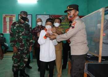 BANTUAN JPS: Salah satu warga Banjarnegara menerima dana bantuan JPS (Jaring Pengaman Sosial).(SB/dok)