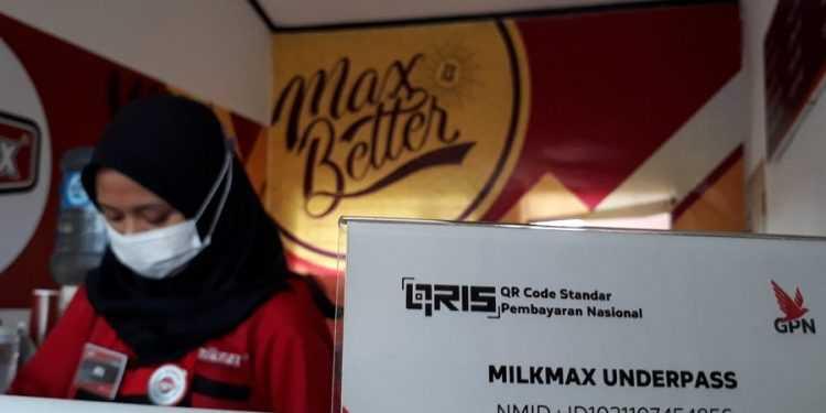 LAYANI PEMBELI:Salah satu karyawan rumah makan di Purwokerto melayani pembeli.(SB/dok)