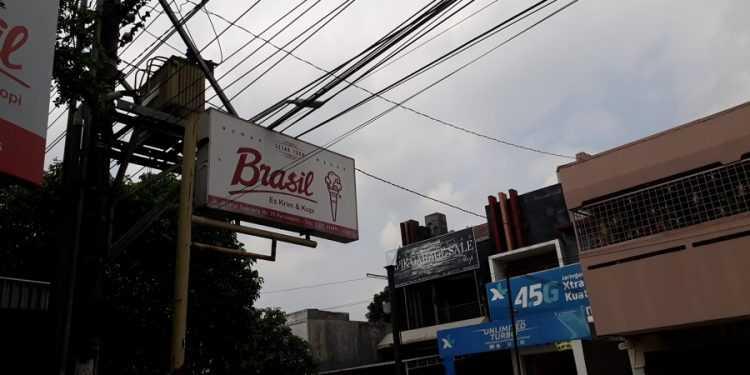 Papan nama kedai es krim Brasil yang terletak di Jalan Jenderal Soeprapto Purwokerto.(SB/mg01-)